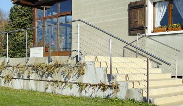 balustrade-inox-et-cables-sur-escalier