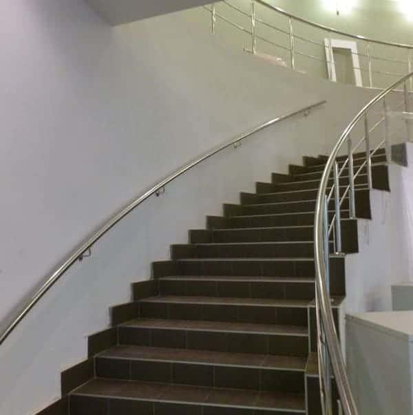 rambarde en inox dans escalier arrondi