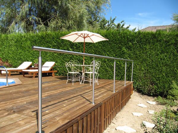 rambarde inox sur terrasse bois de piscine